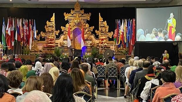 越南驻印尼大使馆参加在雅加达举行的国际慈善义卖活动 hinh anh 1