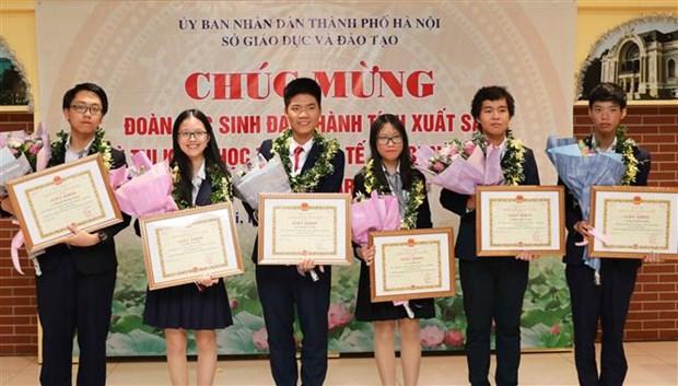 河内市向在2019年度国际青少年科学奥林匹克竞赛取得优异成绩的学生给予表彰 hinh anh 1