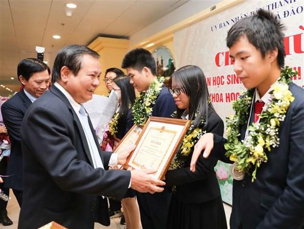河内市向在2019年度国际青少年科学奥林匹克竞赛取得优异成绩的学生给予表彰 hinh anh 2