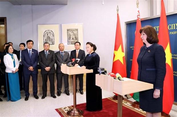 越南国会主席阮氏金银和白俄罗斯上院主席会见记者 hinh anh 1