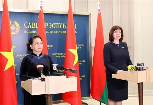 越南国会主席阮氏金银和白俄罗斯上院主席会见记者 hinh anh 2