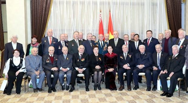 越南国会主席阮氏金银会见白俄罗斯援越老兵 hinh anh 2