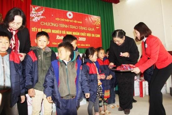 越南红十字会力争为贫困人口送上150万份慰问品 hinh anh 2
