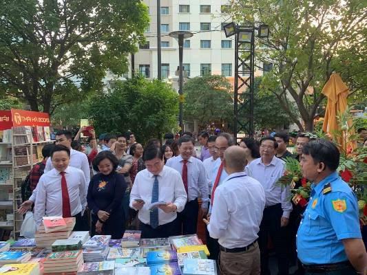 """2020庚子年春节图书街:解读""""书中的奥妙"""" hinh anh 1"""