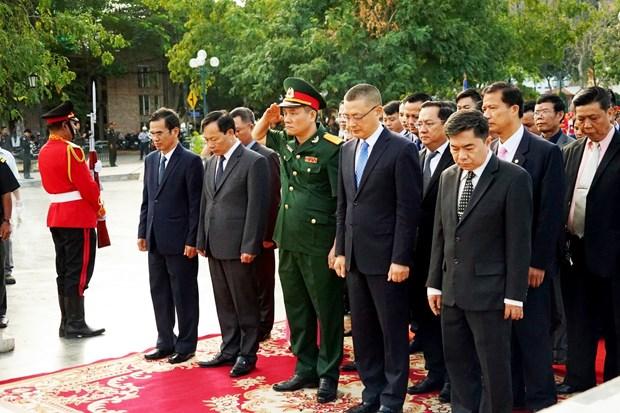越南人民军建军75周年:越南驻柬埔寨大使在越柬友谊纪念碑前上香 hinh anh 1