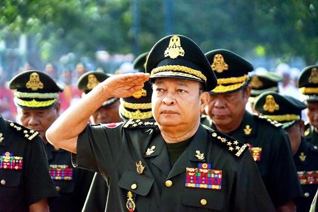 越南人民军建军75周年:越南驻柬埔寨大使在越柬友谊纪念碑前上香 hinh anh 2