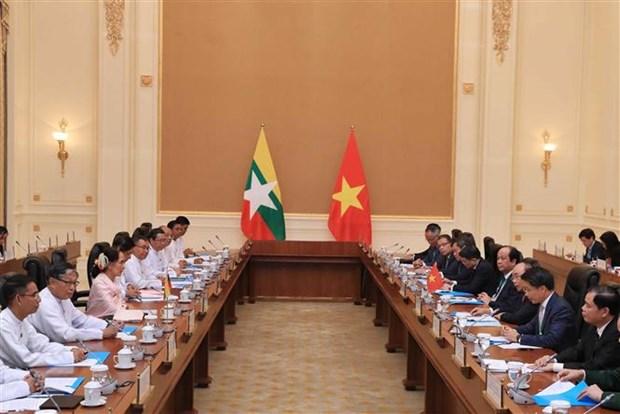 越南政府总理阮春福与缅甸国务资政昂山素季举行会谈 hinh anh 1