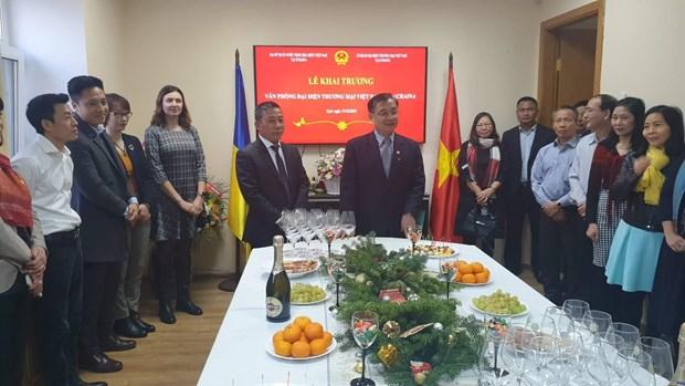 越南驻乌克兰贸易代表办公室正式揭牌成立 hinh anh 1