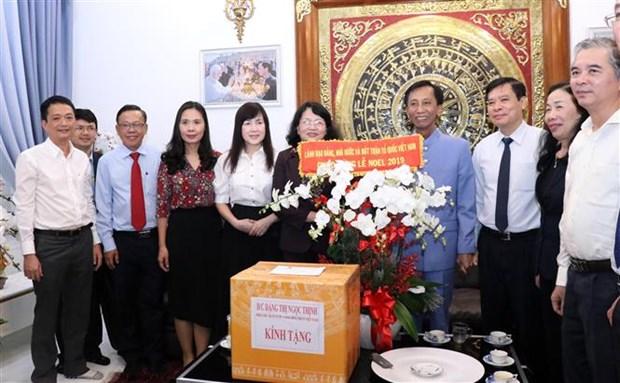 越南党和国家领导人看望慰问天主教信教群众 hinh anh 1