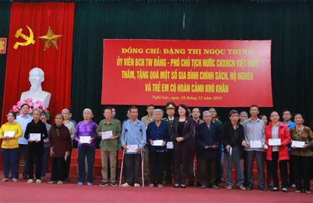 越南党和国家领导人看望慰问天主教信教群众 hinh anh 2