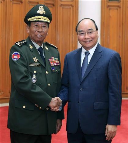 政府总理阮春福会见柬埔寨和老挝国防部长 hinh anh 2