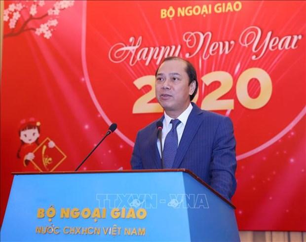 越南外交部举行2020年新年外国驻越代表机构文化新闻随员和国际新闻机构助理和记者见面会 hinh anh 1