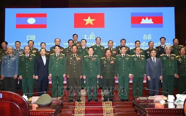 越南、老挝和柬埔寨三国国防部领导和各集体及个人荣获三国的勋章 hinh anh 2