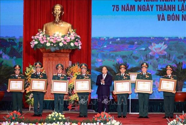 全民国防日30周年和越南人民军建军75周年纪念典礼暨一级军功勋章授勋仪式隆重举行 hinh anh 1