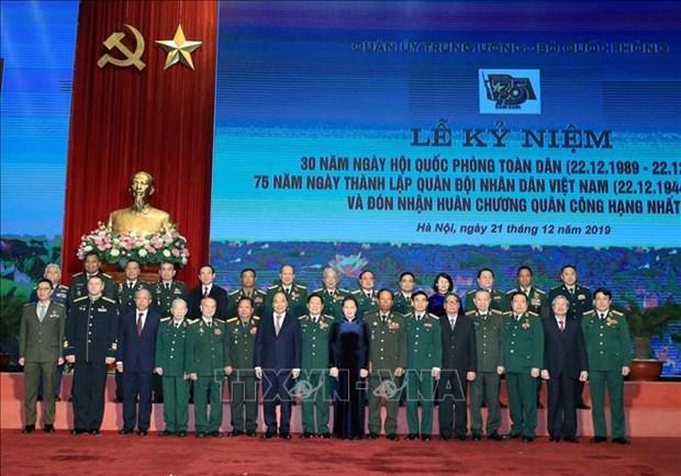 全民国防日30周年和越南人民军建军75周年纪念典礼暨一级军功勋章授勋仪式隆重举行 hinh anh 2