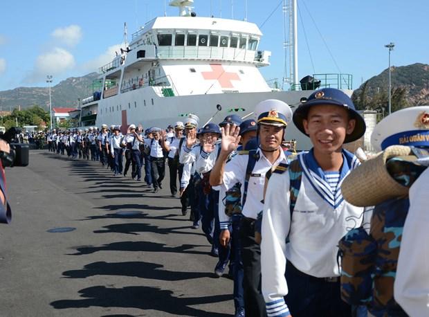 向长沙群岛驻岛官兵和居民送年货 hinh anh 1