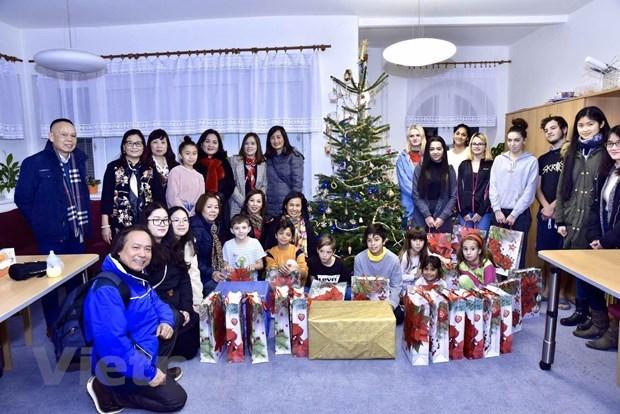 旅居捷克各地越南人开展慈善公益活动迎接圣诞节到来 hinh anh 1