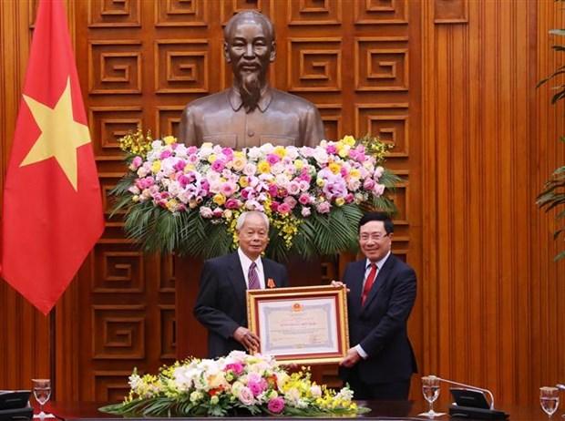 越南国家主席向中共中央对外联络部二局原局长黄群授予友谊勋章 hinh anh 2