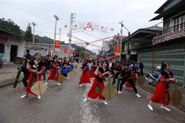 第六届越老中三国边境县抛绣球节:展现友谊色彩 hinh anh 2