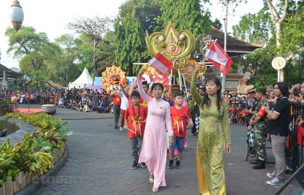 越南在印尼登巴萨街头节推广旅游形象 hinh anh 1