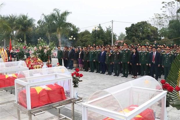 奠边省为在老牺牲的15具越南志愿军遗骸举行追掉会和安葬仪式 hinh anh 2
