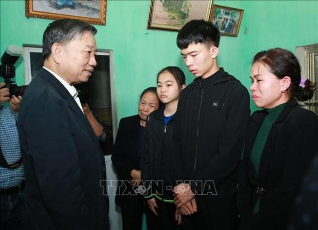 越南公安部部长苏林看望慰问在同心妨碍公务案中牺牲的三名公安干部和战士家属 hinh anh 1