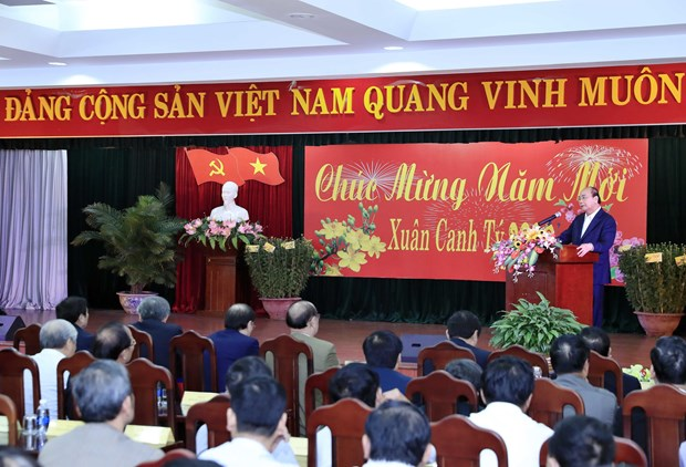 越南政府总理阮春福会见中部地区离退休老干部 hinh anh 2