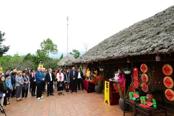 各国驻越大使和国际友人了解越南春节的传统文化 hinh anh 1