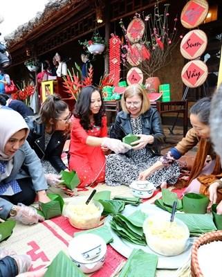 各国驻越大使和国际友人了解越南春节的传统文化 hinh anh 2