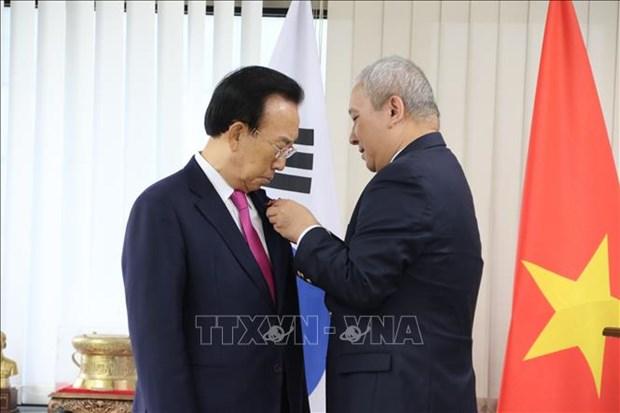 越南向原韩国庆尚北道省知事授予三级劳动勋章 hinh anh 1