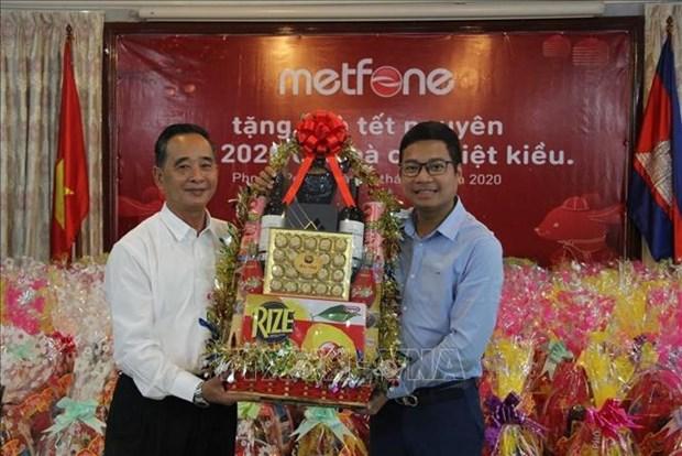 越南军队电信集团Metfone公司向越裔柬埔寨人送上春节慰问品 hinh anh 1