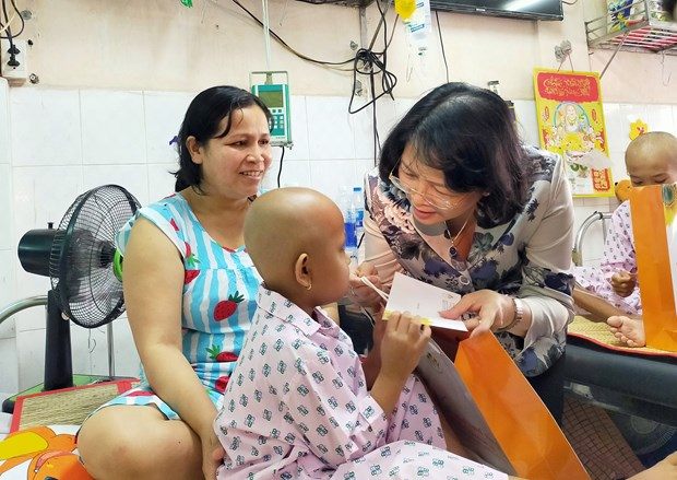 越南国家领导人春节走访慰问癌症患者和贫困劳动者 hinh anh 1