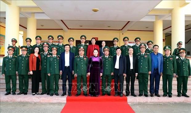 越南国会主席阮氏金银向得乐省军事指挥部拜年 hinh anh 1