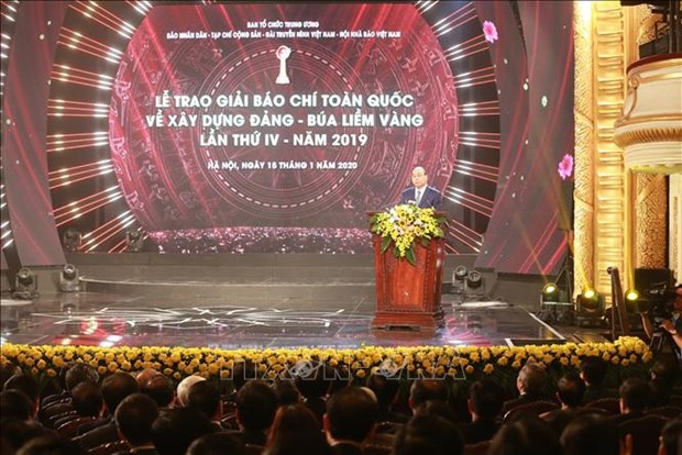 政府总理阮春福出席2019年金锤镰全国党建新闻奖颁奖仪式 hinh anh 1