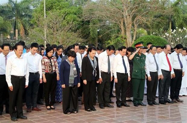 国会主席阮氏金银前往槟椥省烈士陵园上香和凭吊英烈 hinh anh 1