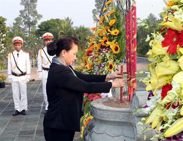 国会主席阮氏金银前往槟椥省烈士陵园上香和凭吊英烈 hinh anh 2