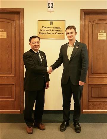 越南驻乌克兰大使馆与乌克兰-越南友好议员小组加强合作 hinh anh 1