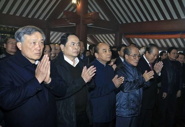 阮春福总理同党、国家领导人上香缅怀胡志明主席的伟大功劳 hinh anh 1