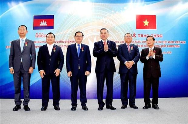 越南公安部高级代表团同柬埔寨王国内政部举行会谈 hinh anh 1