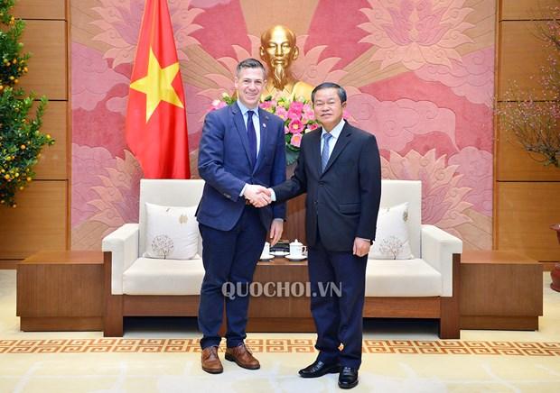 越南国会副主席杜伯巳会见美国军事委员会代表团 hinh anh 1