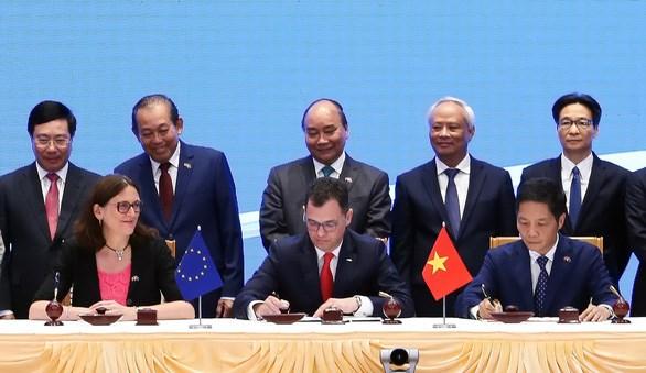 欧洲议会国际贸易委员会通过关于批准EVFTA和EVIPA的建议 hinh anh 1