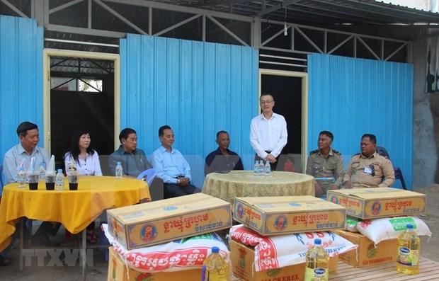 越南驻柬埔寨大使馆助力越裔柬埔寨受灾户搬进新房过佳节 hinh anh 1