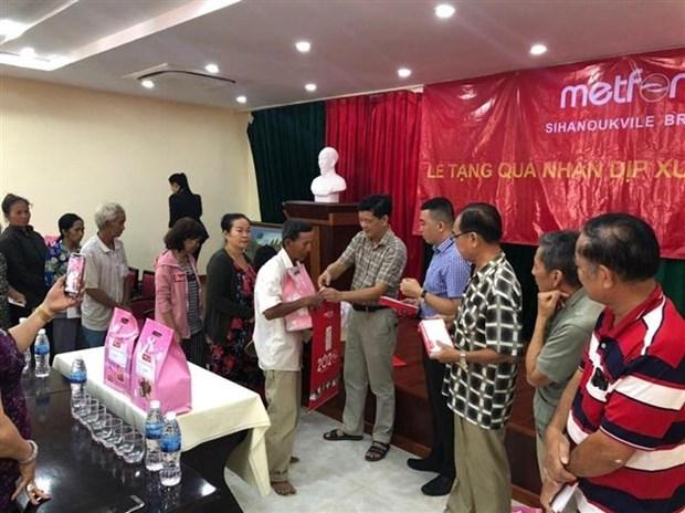 越南驻柬埔寨各总领事馆协助贫困越桥迎接2020庚子年春节 hinh anh 1