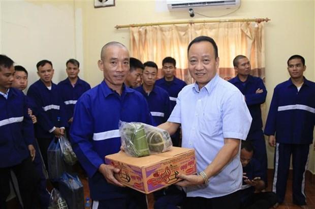 越南驻老挝大使馆向被刑拘和服刑期间的越南籍犯罪嫌疑人及犯人赠送春节礼物 hinh anh 1