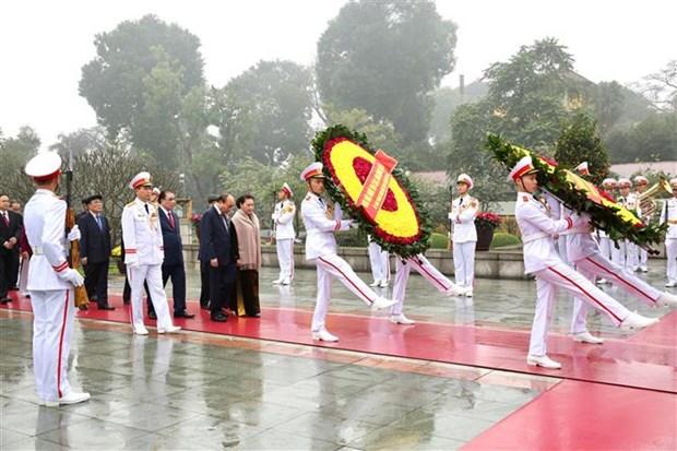 越南党和国家领导人拜谒胡志明主席陵 hinh anh 2