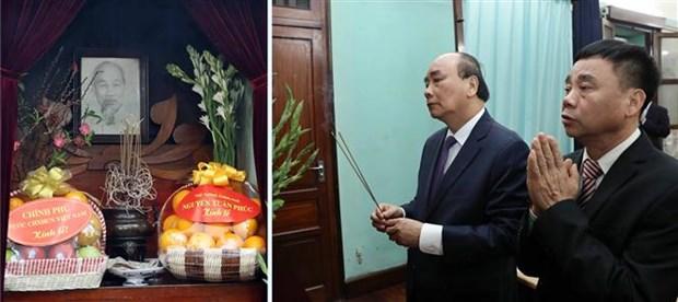 阮春福总理春节前在主席府内的67号房向胡志明主席敬香 hinh anh 1