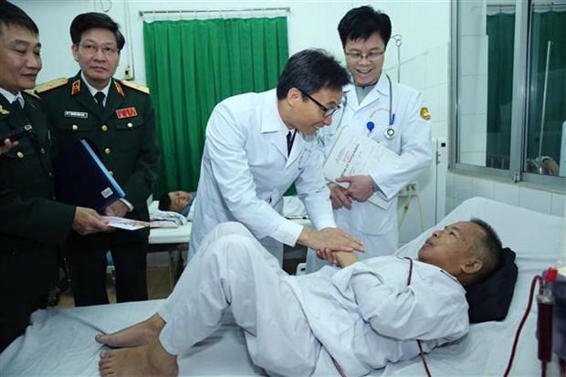 越南政府副总理武德儋向病人赠送春节礼物 hinh anh 1