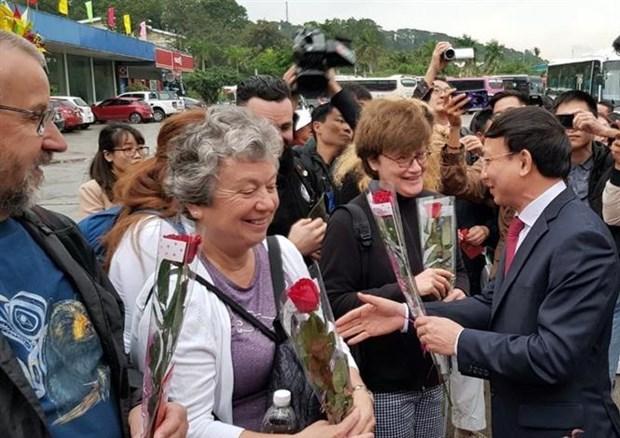 """广宁省迎接2020年新年首批外国游客""""冲年喜"""" hinh anh 1"""