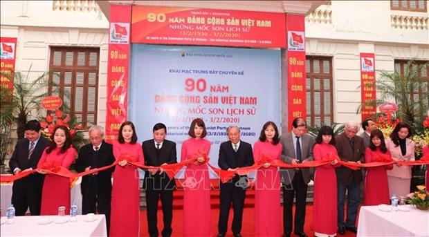 阮春福总理参观越南共产党建党90周年专题图书展 hinh anh 2