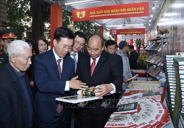阮春福总理参观越南共产党建党90周年专题图书展 hinh anh 1